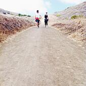 Guy and girl walking along trail - Stock Image - S06YMN