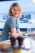 Smiling woman eating lunch - Stock Image - BM2GBW
