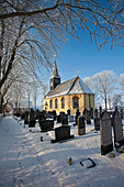 The Netherlands, Ferwoude, Church and graveyard in frost and snow. - Stock Image - C552BN