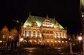 Night veiw of the Markt, Bremen showing the Rathaus and the Dom of St Petri. - Stock Image - E6RATF