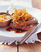 Steak and onions with potato gratin - Stock Image - BJJW1C