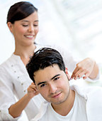 Man getting a haircut at the hair salon - Stock Image - D771H8