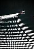Enshi, China's Hubei Province. 2nd Oct, 2014. A fisherman catches fish on the Shuanglong Lake in Xuan'en County of Enshi Miao and Tu Autonomous Prefecture, central China's Hubei Province, Oct. 2, 2014. © Song Wen/Xinhua/Alamy Live News - Stock Image - E87PRA