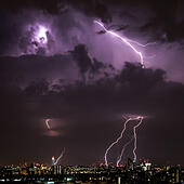 London, UK. 17th July, 2015. UK Weather: Lightning Strikes over central London. Taken from Surrey Quays towards Southbank. © Guy Corbishley/Alamy Live News - Stock Image - EXW330