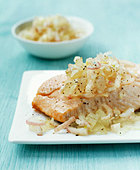 Salmon with aloe and shallot relish - Stock Image - BD50TT