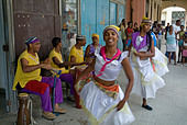 Cuban band Los 4 Vientos and dancers entertaining people in the street, Havana, Cuba. - Stock Image - A7DYWC