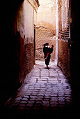 Alley Child Cobbled Marrakech Morocco Mother Town - Stock Image - A1GE79