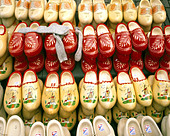 NL - HOLLAND: Traditional Clogs on Display - Stock Image - AH23JA