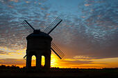 Chesterton, Warwickshire, England, UK. 25th August, 2015. UK weather. The distinctive shape of Chesterton Windmill in Warwickshire is silhouetted at sunrise. © Colin Underhill/Alamy Live News - Stock Image - F11CJH