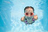 girl swimming underwater - Stock Image - B89C9G