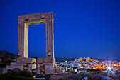 "The Portara (temple of Apollo) and the Chora (""capital"") of Naxos island in the background. Cyclades, Greece - Stock Image - CPK2AR"