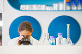 Mixed race scientist working in laboratory - Stock Image - CBR2HE
