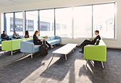 Businesspeople in departure lounge - Stock Image - DT6CKF