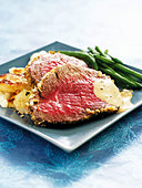 Roast Aberdeen Angus beef with roast potatoes & green beans - Stock Image - BJPGB5