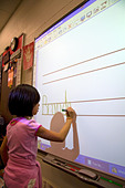 Kindergarten students use an interactive whiteboard in the classroom of a public school in Boise Idaho USA MR - Stock Image - BBH38K