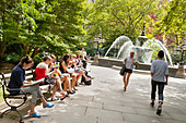 City Hall Park and fountain at lunchtime, summer, New York City - Stock Image - CWF838