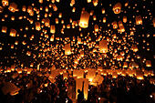 Chiang Mai, Thailand. 24th November 2012. Khom Loy Lanterns at the Yee Peng Sansai Floating Lantern Ceremony, part of the Loy Kratong celebrations in homage to Lord Buddha at Maejo, Chiang Mai, Thailand - Stock Image - D0FGFF