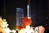 Xichang. 25th July, 2015. A Long March-3B/Yuanzheng-1 rocket carrying two new-generation satellites for the BeiDou Navigation Satellite System (BDS) blasts off from the Xichang Satellite Launch Center in the southwest China's Sichuan Province, July 25, 2015. China successfully launched two satellites for its indigenous global navigation and positioning network at 8:29 p.m. Beijing Time Saturday, the launch center said. © Zhu Zheng/Xinhua/Alamy Live News - Stock Image - EYAN90