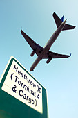 Commercial airliner and Heathrow sign - Stock Image - DANEH6