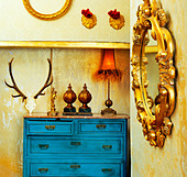 baroque grunge vintage house with blue drawer and golden mirror - Stock Image - CE7A7M