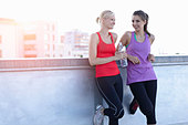Runners talking on rooftop - Stock Image - CBCCTD