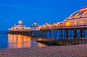 Eastbourne pier illuminated at Twilight - Stock Image - D7D295