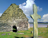 GB - INNER HEBRIDES: Kilnave Chapel and Celtic Cross on Islay - Stock Image - A4XX39