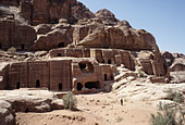 NABATEAN TOMBS AT PETRA. JORDAN. MIDDLE EAST - Stock Image - A3BF3J