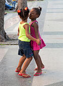 two young girls dancing on a Sunday evening, Paseo de Prado avenue, Havana, Cuba - Stock Image - E62FAA