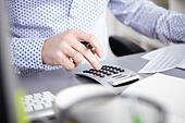 Businessman using calculator - Stock Image - EMCXHP