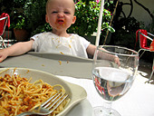 toddler having lunch in al fresco restaurant - Stock Image - AC2PCG