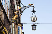 """Musicians of Bremen"" casting on street lamp. Bremen, Germany - Stock Image - E744KN"