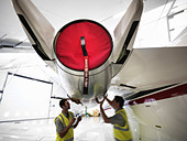 Engineers working on jet aircraft - Stock Image - BYAHRF
