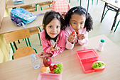 girls eating lunch at school - Stock Image - BD2CK0