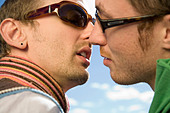 Two gay men kissing - Stock Image - A31XJY