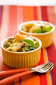 Chicken and pasta gratin in ramekins - Stock Image - BJK3YH