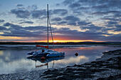 Faversham Creek, Kent, UK 20th October 2014. UK Weather: Sunrise over a yacht moored in Faversham creek. The weather is set to turn windy and stormy as the remains of Hurricane Gonzalo hit the British isles in the next few hours. © Alan Payton/Alamy Live News - Stock Image - E94Y38