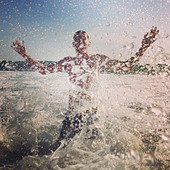 Man splashing in lake - Stock Image - DJ994P
