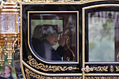London, UK, 21st October 2014. Her Majesty The Queen and the President of Singapore Tony Tan Keng Yam seen in a carriage traveling along The Mall in London.  © SimonJames/Alamy Live News - Stock Image - E97DR5