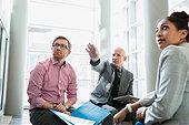 Business people meeting in lobby - Stock Image - ERBX7K
