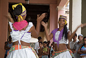 Women dancing in the streets to the Cuban band Los 4 Vientos, Havana, Cuba. - Stock Image - A7DYY1