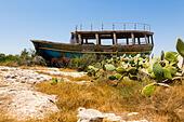 Boat wreck at Potamos Creek, Liopetri, Cyprus. - Stock Image - ED87CT