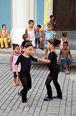 Cuban children age 5-8 years, dancing to music in the street, Plaza Vieja, Havana cuba, Caribbean - Stock Image - DK3K46