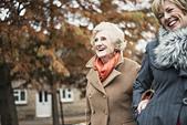 Senior woman and daughter walking outdoors - Stock Image - E42E2X