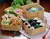 Packed lunch in basket - Stock Image - BFMG8K