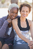 Portrait of smiling lesbian couple outdoors - Stock Image - E184FB