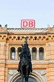 Statue of Ernst August outside Hanover Hauptbahnhof, Hanover, Germany. - Stock Image - E6W2AK