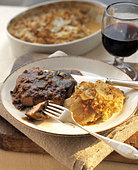 Fried steak with gratin dauphinois & glass of red wine - Stock Image - AF6R7H