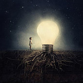 A little girl is amazed by a giant rooted light bulb in the .night - Stock Image - CC2E5W