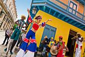 Cuba, Havana, folkloristic show in the street - Stock Image - C7W4WG
